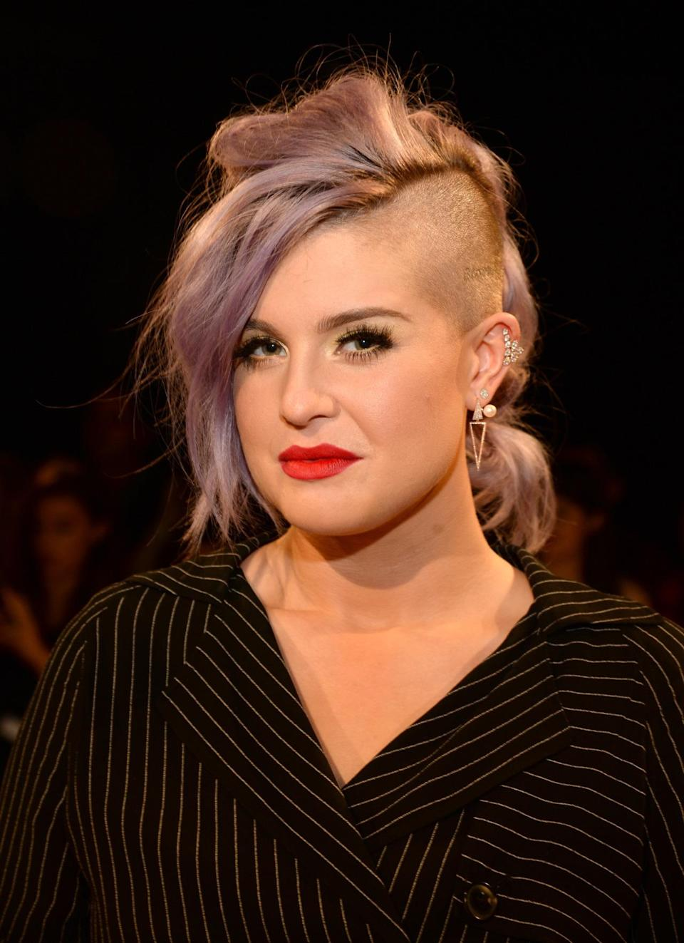 <p>Osbourne's been rocking the purple hair for years, but tonight, she wore the violet-silver shade with a shaggy mohawk.</p><p>Source: Getty Images<br></p>