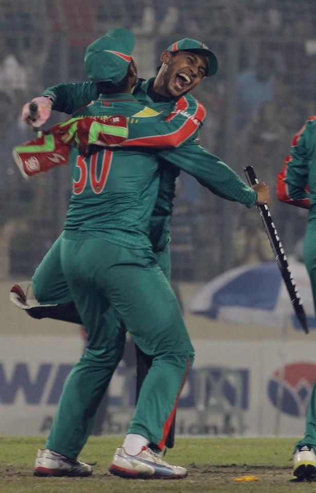 Bangladesh's captain Mushfiqur Rahim (R) and vice captain Mahmudullah celebrate after winning the second one-day international (ODI) cricket match and the series against New Zealand in Dhaka October 31, 2013. REUTERS/Andrew Biraj (BANGLADESH - Tags: SPORT CRICKET)