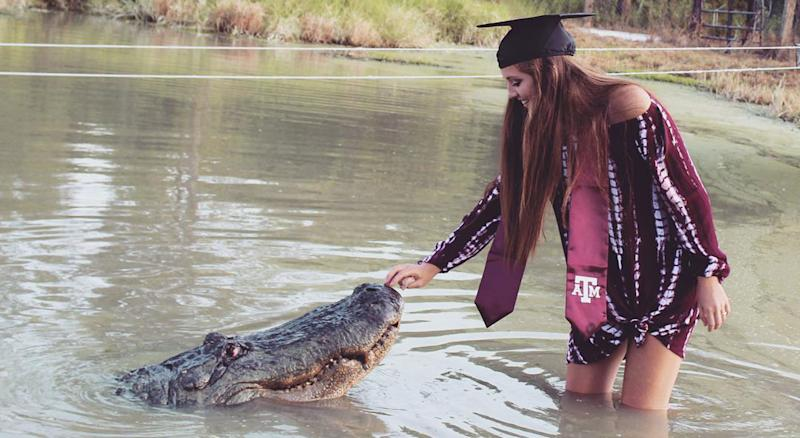 Texas A&M student gigs 'em with gator for graduation photos