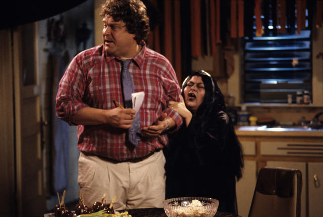 "John Goodman and Roseanne Barr in the ""BOO!"" episode of <em>Roseanne </em>(Photo: ABC)"