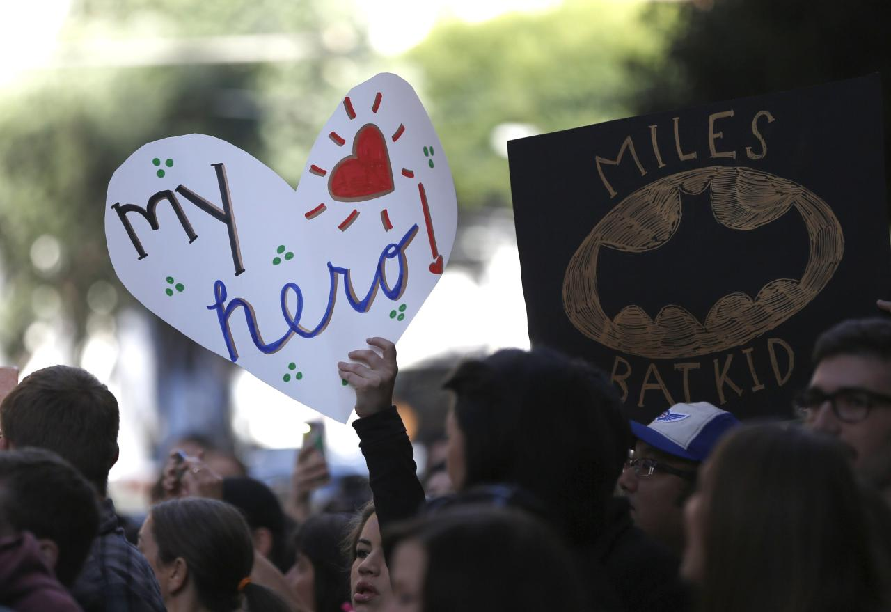 "Fans of five-year-old leukemia survivor Miles, aka ""Batkid"", hold signs as part of a day arranged by the Make-A-Wish Foundation in San Francisco, California November 15, 2013. The young cancer survivor will be treated to various super hero scenarios including receiving a commendation at San Francisco City Hall. REUTERS/Stephen Lam (UNITED STATES - Tags: SOCIETY)"