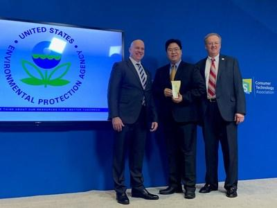 Jerry Huang, Senior Vice President, Human Resources and General Counsel, VIZIO, accepts the EPA SMM Gold Tier Award.