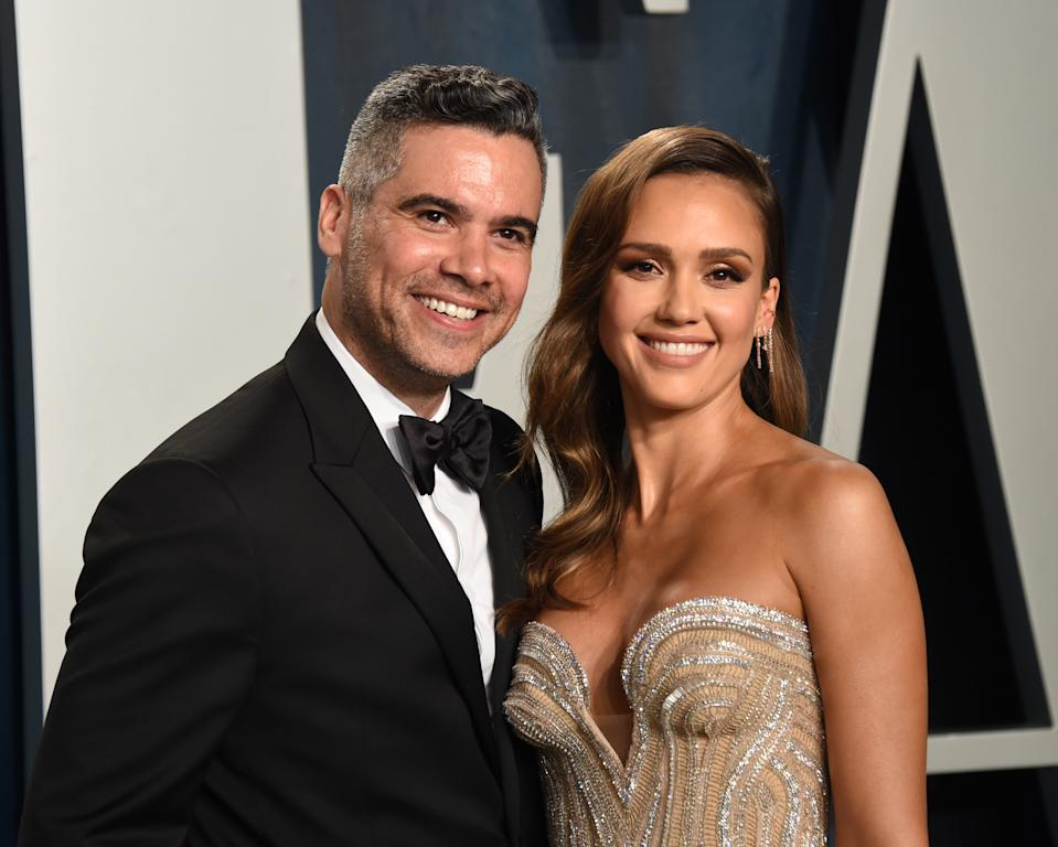BEVERLY HILLS, CALIFORNIA - FEBRUARY 09: Cash Warren (L) and Jessica Alba attend the 2020 Vanity Fair Oscar Party hosted by Radhika Jones at Wallis Annenberg Center for the Performing Arts on February 09, 2020 in Beverly Hills, California. (Photo by John Shearer/Getty Images)