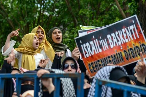 """Protesters in the southeastern Turkish city of Diyarbakir hold a placard reading """"hell is the capital of Israel"""" at a demonstration slamming the bloodshed along the Gaza border"""