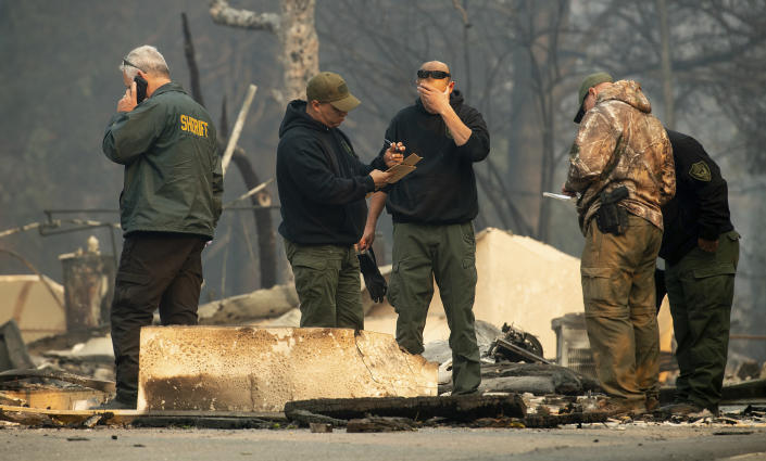 <p>Sheriff's deputies recover the remains of Camp Fire victims on Nov. 10, 2018, in Paradise, Calif. (Photo: Noah Berger/AP) </p>