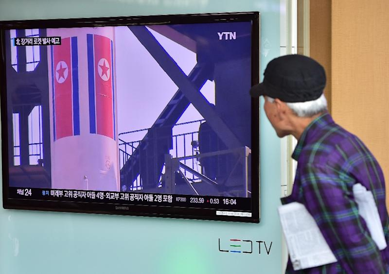 An elderly man watches a news report at a railway station in Seoul, on September 15, 2015, on the confirmation from North Korea that it had restarted its nuclear reactor (AFP Photo/Jung Yeon-Je)