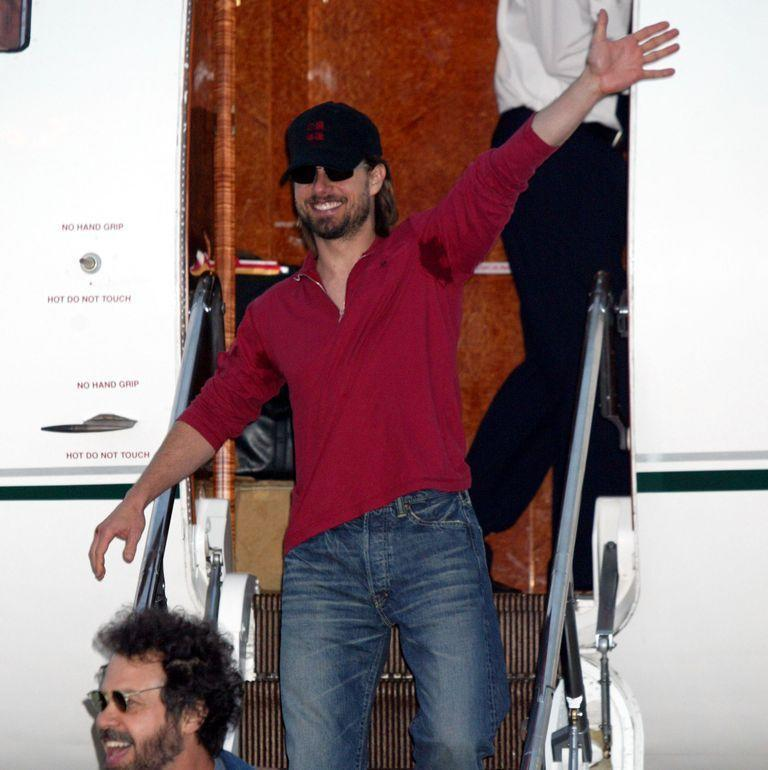 <p>Tom Cruise gives a big ol' enthusiastic wave as he arrives in Tokyo in August 2003 to promote <em>The Last Samurai</em>. </p>