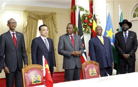 Rwanda's President Kagame, Chinese Premier Li, Kenya's President Kenyatta, Uganda's President Museveni and South Sudan's President Kiir pose for a photograph after signing of Standard Gauge Railway agreement in Nairobi