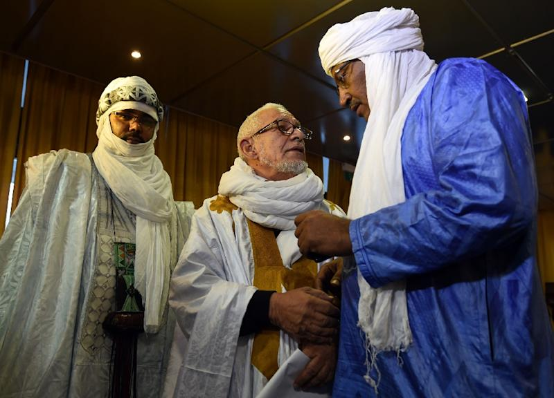 Members of the Tuareg community attend the signing of a peace agreement between the Malian government and armed groups in the north of Mali, on February 19, 2015 in Algiers (AFP Photo/Farouk Batiche)