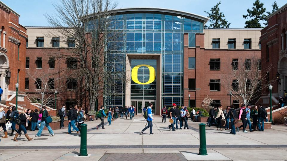 Building Exterior, Built Structure, Campus, College Student, EUGENE, Education, Large Group Of People, Men, Oregon, Outdoors, People, UNIVERSITY, University of Oregon, Young Adult, student, walking, women