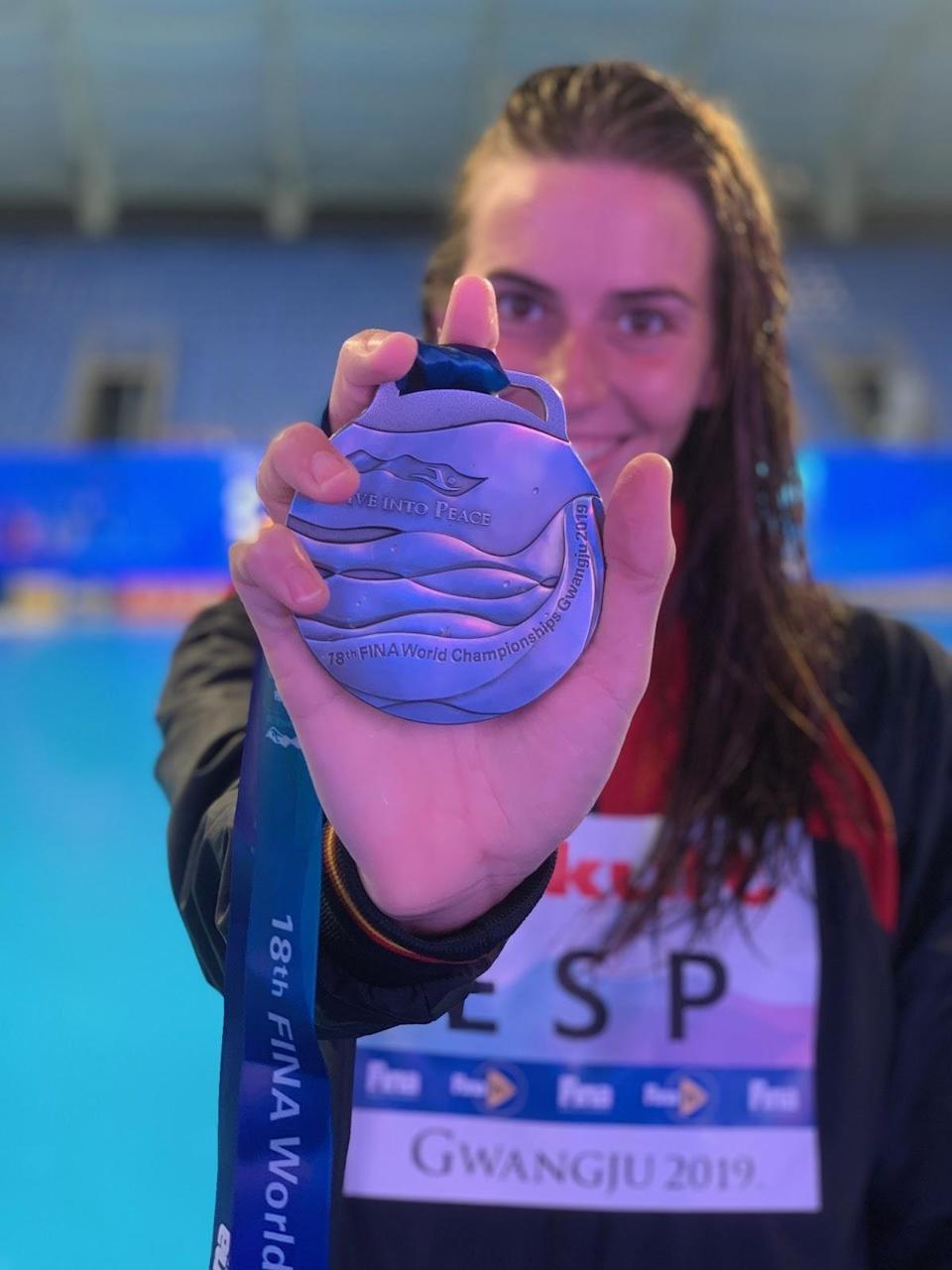 Bea shows off the World silver medal won by the Spanish team in 2019. (Photo: Bea Ortiz)