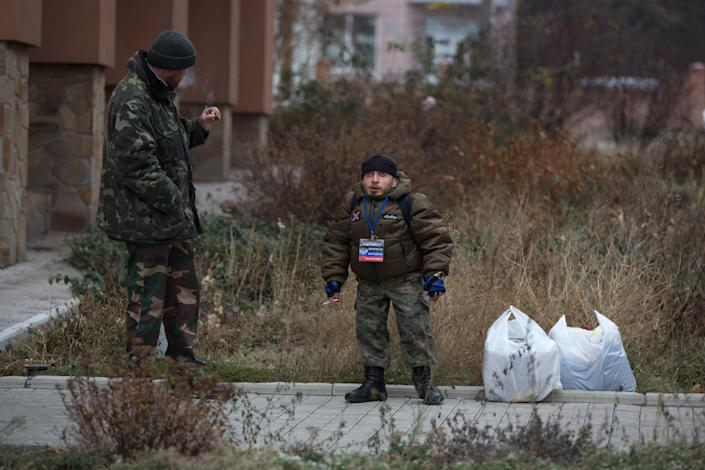 Pro-Russian militia stand guard outside an official office in Donetsk on November 13, 2014 (AFP Photo/Menahem Kahana)