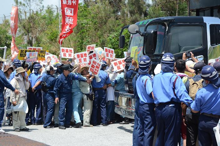 Protesters stage a rally at the gates of Camp Schwab, near the site of the new US military runways in Nago, Okinawa prefecture on August 14, 2014 (AFP Photo/)
