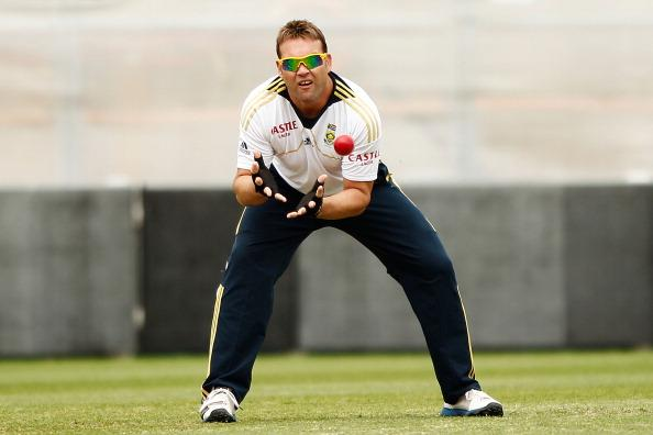 SYDNEY, AUSTRALIA - NOVEMBER 01:  Jacques Kallis practices slip catching during a South African Proteas training session at Sydney Cricket Ground on November 1, 2012 in Sydney, Australia.  (Photo by Brendon Thorne/Getty Images)