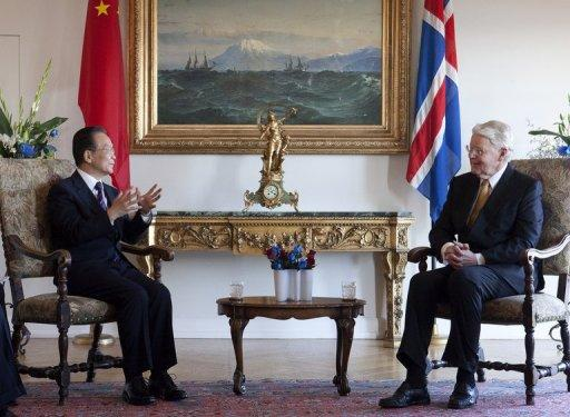 Iceland's President Olafur Ragnar Grimsson (R) meets with China's Prime Minister Wen Jiabao
