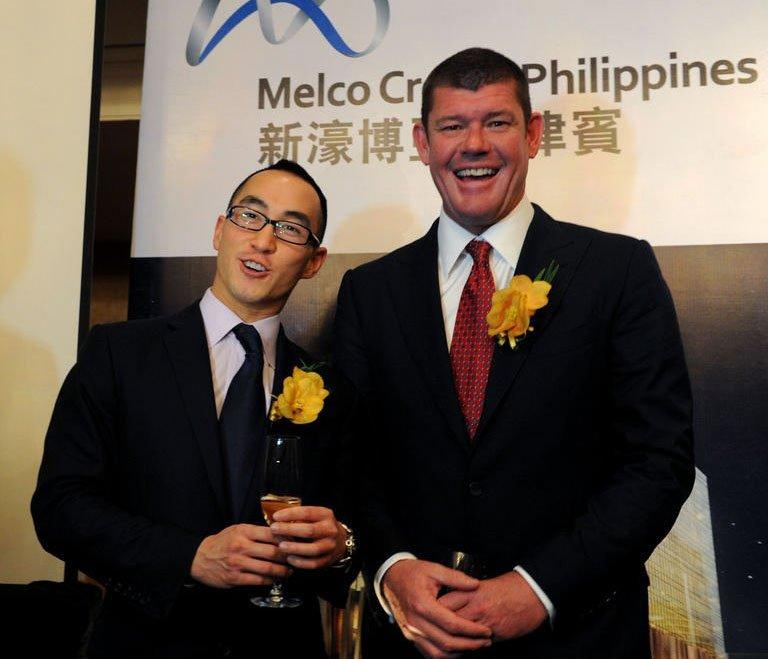 Gaming tycoons Lawrence Ho (L) of Macau and James Packer (R) of Australia pose in Manila on March 15, 2013