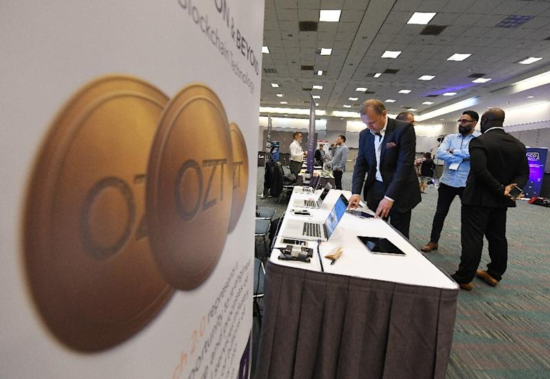 Attendees confer during the Crypto Funding Summit, which helps investors understand cryptocurrency, at the Convention Center in Los Angeles, California on January 24, 2018 (AFP Photo/Mark RALSTON)