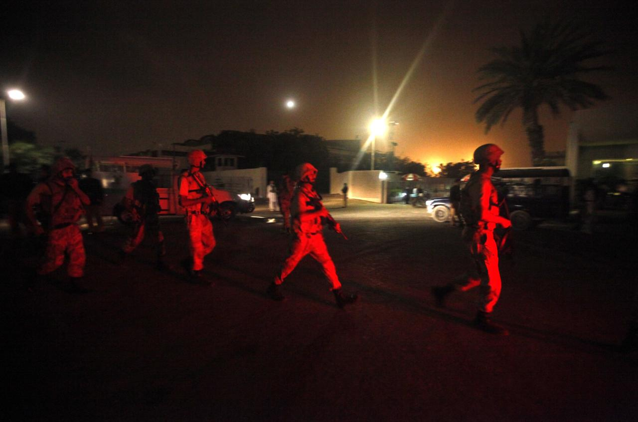 Paramilitary soldiers arrive at Jinnah International Airport in Karachi June 9, 2014. Gunmen attacked one of Pakistan's biggest airports in Karachi on Sunday, killing at least five people, police said. REUTERS/Athar Hussain (PAKISTAN - Tags: TRANSPORT CIVIL UNREST MILITARY)