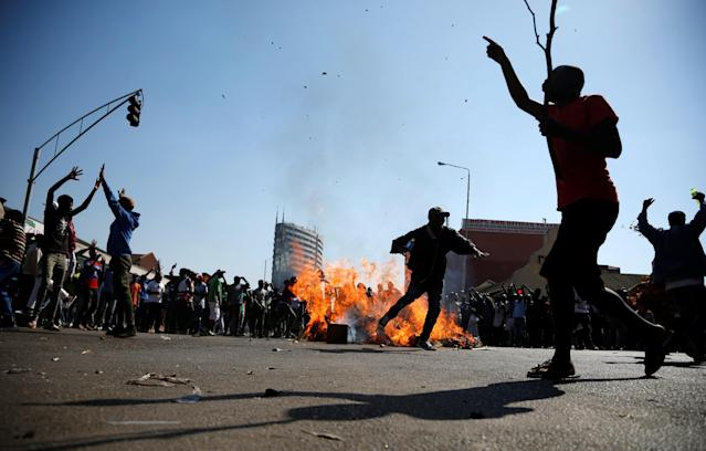 <p>Supporters of the opposition Movement for Democratic Change party (MDC) of Nelson Chamisa react as they block a street in Harare, Zimbabwe, August 1, 2018. (Photo: Siphiwe Sibeko/Reuters) </p>