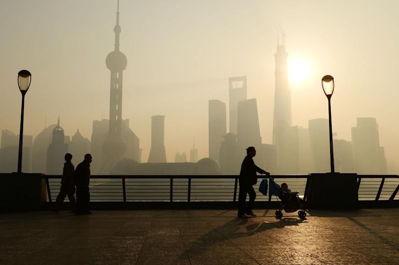 SHANGHAI, CHINA - NOVEMBER 07: (CHINA OUT) People wander at the Bund as heavy smog engulfs the city on November 7, 2013 in Shanghai, China. People were advised to stay indoors today as the Shanghai Environment Agency measured air pollution levels at five out of a possible six. (Photo by ChinaFotoPress/ChinaFotoPress via Getty Images)