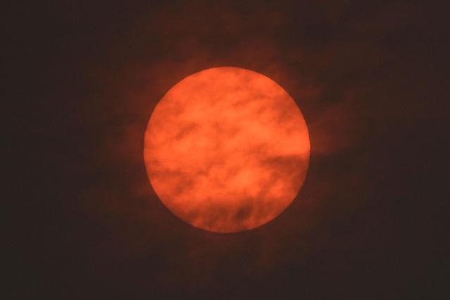 <p>The sun is seen after dawn after the Met Office reported that storm Ophelia has drawn dust north from the Sahara, near Exeter, Britain, Oct.16, 2017. (Photo: Toby Melville/Reuters) </p>