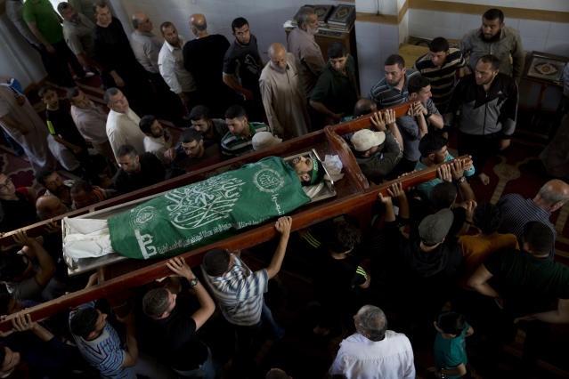 <p>Palestinians carry the body of Mousab Abu Leila, 29, during his funeral after he was killed during a protest on the border with Israel, in Gaza City, Monday, May 14, 2018. (Photo: Dusan Vranic/AP) </p>