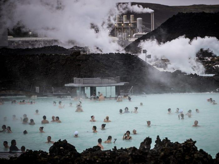 blue lagoon iceland crowds