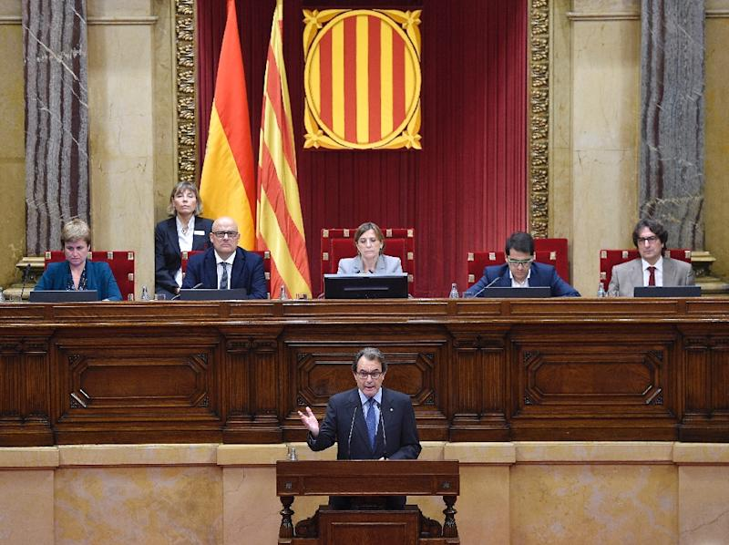 Catalonia's regional government President Artur Mas (C) delivers a speech during a debate at the Parliament of Catalonia in Barcelona on November 9, 2015 (AFP Photo/Lluis Gene)