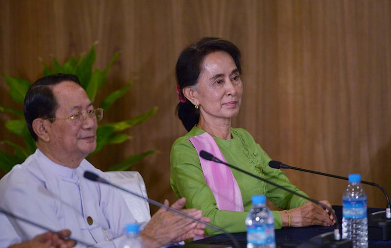 Hla Myint Oo (L) and Myanmar opposition leader Aung San Suu Kyi take part in a roundtable meeting with US President Barack Obama at the Parliamentary Resource Center in Myanmar's capital Naypyidaw on November 13, 2014 (AFP Photo/Mandel Ngan)