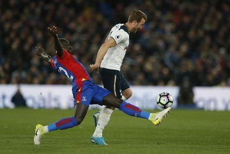 Britain Soccer Football - Crystal Palace v Tottenham Hotspur - Premier League - Selhurst Park - 26/4/17 Tottenham's Harry Kane is challenged by Crystal Palace's Mamadou Sakho Action Images via Reuters / Matthew Childs Livepic