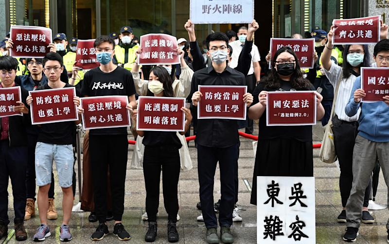 Estudiantes de Hong Kong y de Taiwán protestan contra la ley china. (Photo by SAM YEH/AFP via Getty Images)