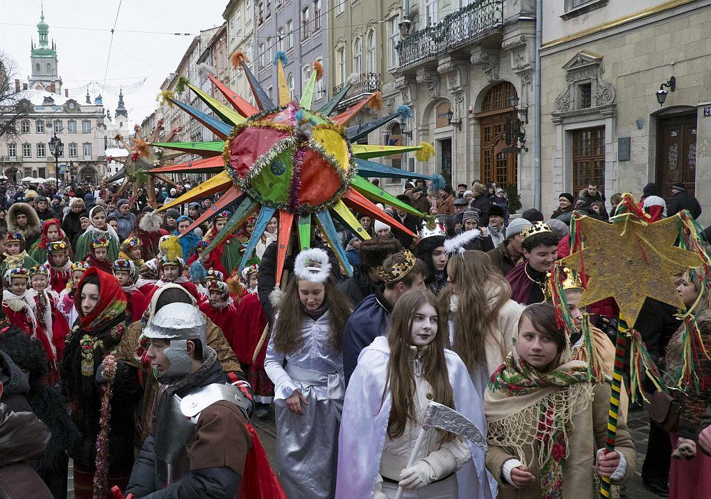 UKRAINE: Youth and children wearing costumes celebrate Orthodox Christmas in the western Ukrainian city of Lviv, January 8, 2013. Orthodox Ukrainians celebrate Christmas according to the Julian calendar on January 7. REUTERS/Gleb Garanich