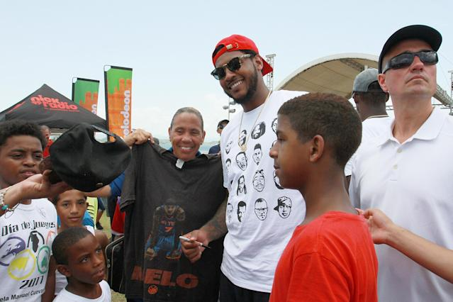 "<a class=""link rapid-noclick-resp"" href=""/nba/players/3706/"" data-ylk=""slk:Carmelo Anthony"">Carmelo Anthony</a> interacts with kids as part of Worldwide Day of Play at Bahia Urbana Bay Side Park on Aug. 12, 2017 in San Juan, Puerto Rico. (GV Cruz/Getty Images for Nickelodeon)"