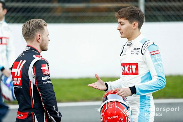 """Kevin Magnussen, Haas F1 parla con George Russell, Williams Racing <span class=""""copyright"""">Glenn Dunbar / Motorsport Images</span>"""