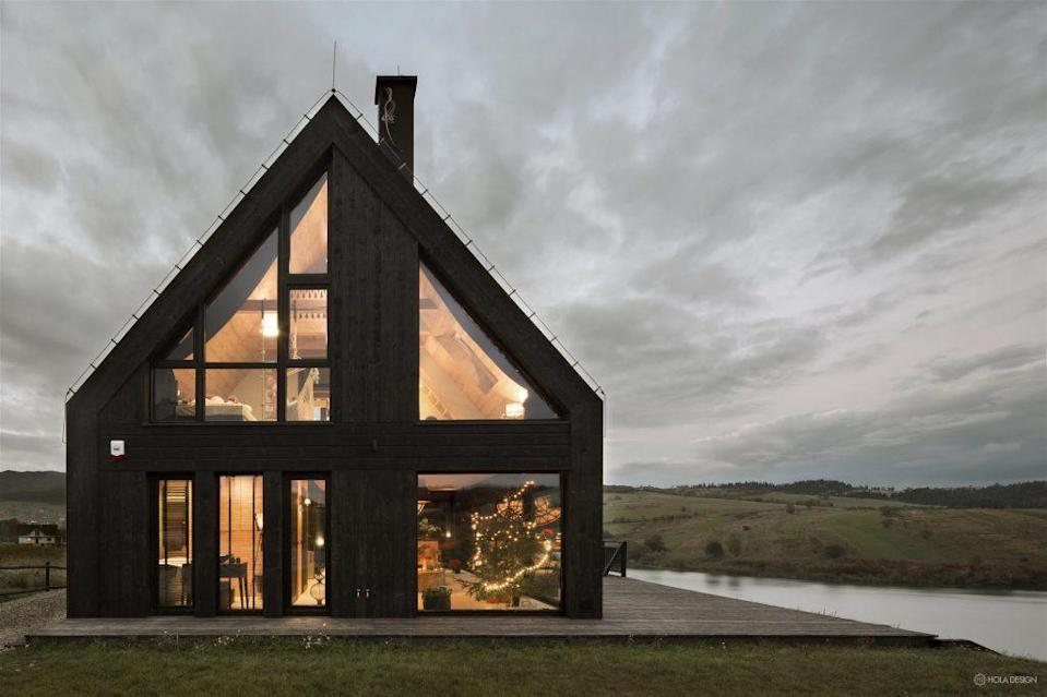 An HOLA-designed black mountain cottage in Poland.