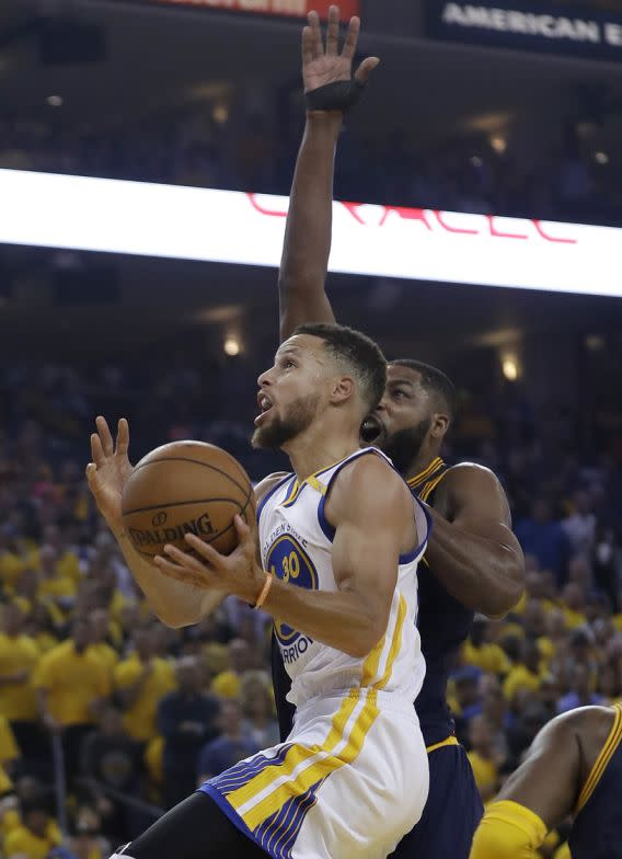 <p>Golden State Warriors guard Stephen Curry (30) shoots against Cleveland Cavaliers center Tristan Thompson during the first half of Game 1 of basketball's NBA Finals in Oakland, Calif., Thursday, June 1, 2017. (AP Photo/Marcio Jose Sanchez) (圖片來源:Associated Press) </p>