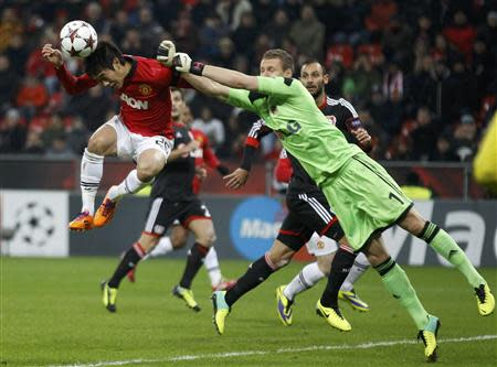 Manchester United's Shinji Kagawa (L) attempts to score past Bayer Leverkusen's goalkeeper Bernd Leno (R) during their Champions League Group A soccer match at the BayArena in Leverkusen November 27, 2013. REUTERS/Ina Fassbender