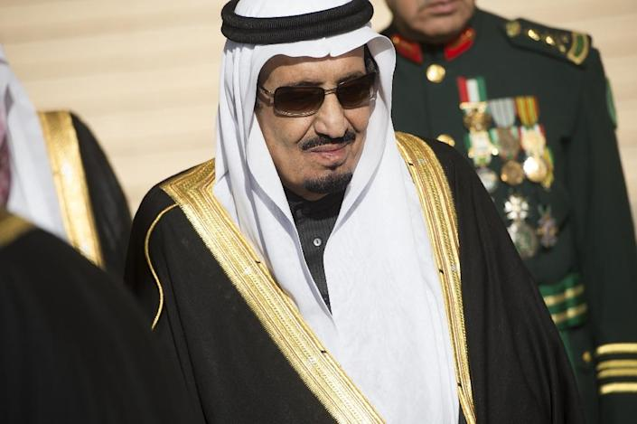 Saudi King Salman stands during the arrival of US President Barack Obama and First Lady Michelle Obama at King Khalid International Airport in Riyadh on January 27, 2015 (AFP Photo/Saul Loeb)