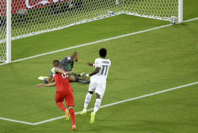 United States' Clint Dempsey, left, scores the opening goal past Ghana's goalkeeper Adam Kwarasey, center, during the group G World Cup soccer match between Ghana and the United States at the Arena das Dunas in Natal, Brazil, Monday, June 16, 2014. (AP Photo/Hassan Ammar)