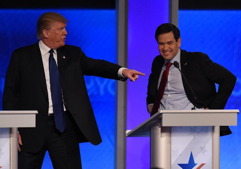 Republican presidential candidate Donald Trump (L) jokes with fellow candidate Marco Rubio(R) during a break in the Republican Presidential Candidates Debate in Manchester, New Hampshire (AFP Photo/Jewel Samad                         )