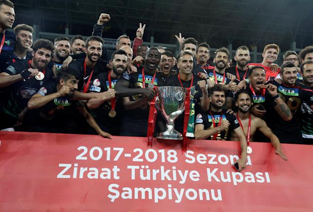 Soccer Football - Turkish Cup Final - Akhisarspor v Fenerbahce - Diyarbakir Stadium, Diyarbakir, Turkey - May 10, 2018 Akhisarspor players and staff celebrate winning the Turkish Cup Final with the trophy REUTERS/Murad Sezer