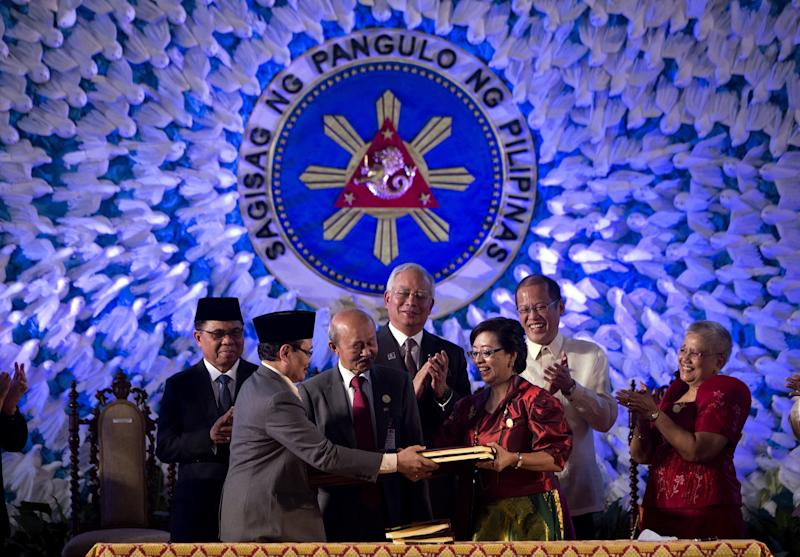 File photo of the representatives of Moro Islamic Liberation Front (MILF), mediators and Philippine govt, during the signing of the Comprehensive Agreement on the Bangsamoro, at the Malacanan Palace in Manila, on March 27, 2014 (AFP Photo/Noel Celis)