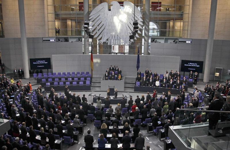 REFILE - ADDING CAPTION INFORMATION - A general view of the Bundestag, German lower house of parliament, during a minute of silence for Nelson Mandela, before a meeting to elect the German Chancellor, in Berlin December 17, 2013. REUTERS/Tobias Schwarz (GERMANY - Tags: POLITICS)