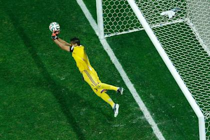 Sergio Romero stretches out to block a shot during Argentina's shootout win over the Netherlands. (AFP)