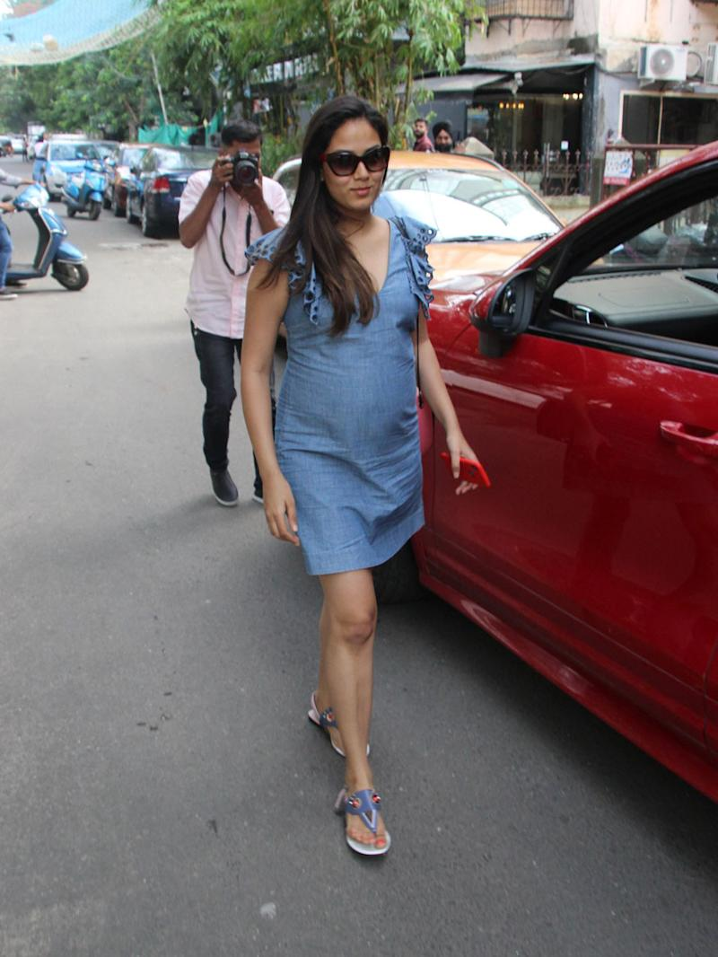 Shahid Kapoor's wife Mira Rajput was seen flaunting her baby bump in style. (Image: Viral Bhayani)