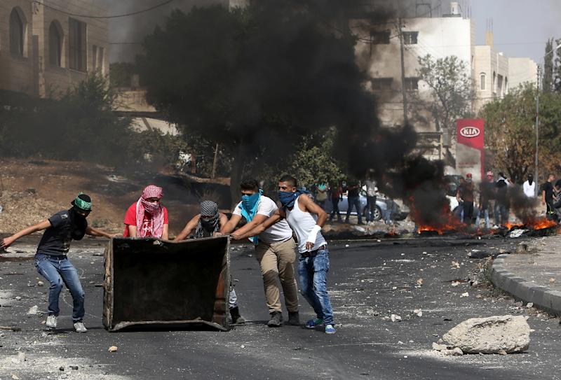 Palestinian protestors clash with Israeli security forces at the Hawara checkpoint, south of the West Bank city of Nablus, on October 12, 2015 (AFP Photo/Jaafar Ashtiyeh)