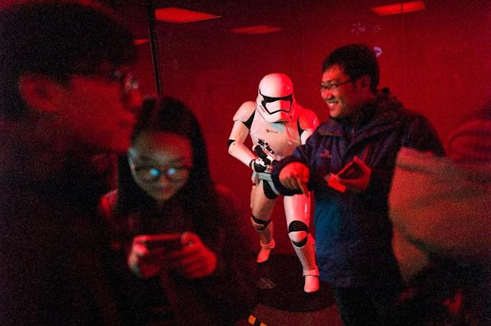 People queue for the premiere of 'Star Wars: The Force Awakens' in Beijing, on January 8, 2016 (AFP Photo/Fred Dufour)