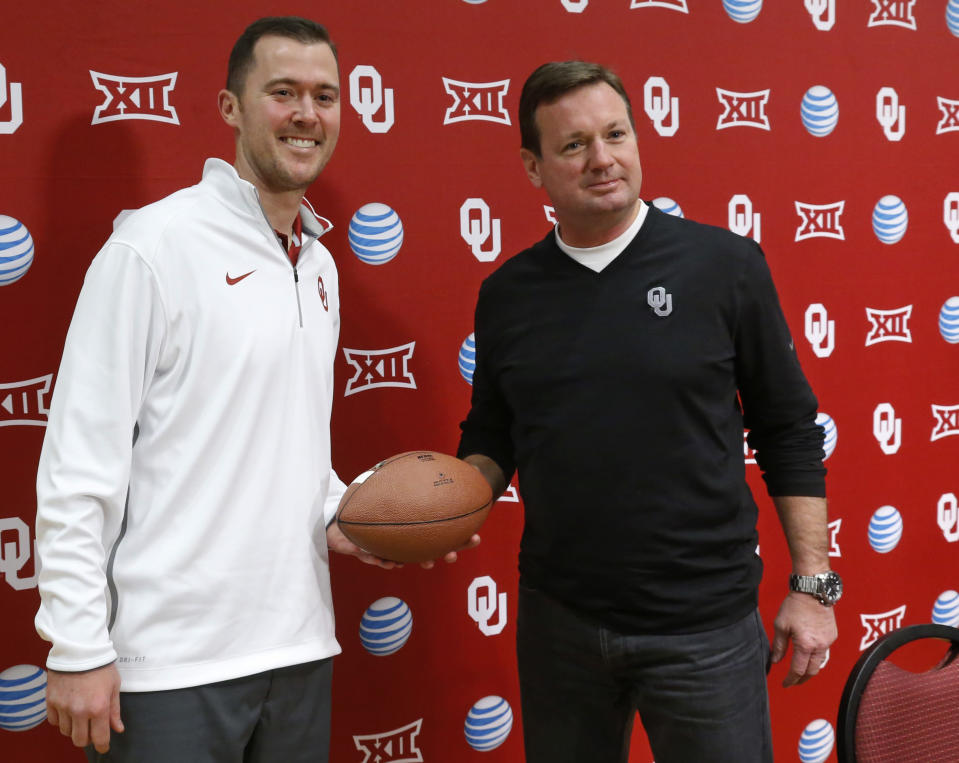 Bob Stoops (R) passed the Oklahoma coaching baton to Lincoln Riley <span>on June 7, 2017. (AP)</span>