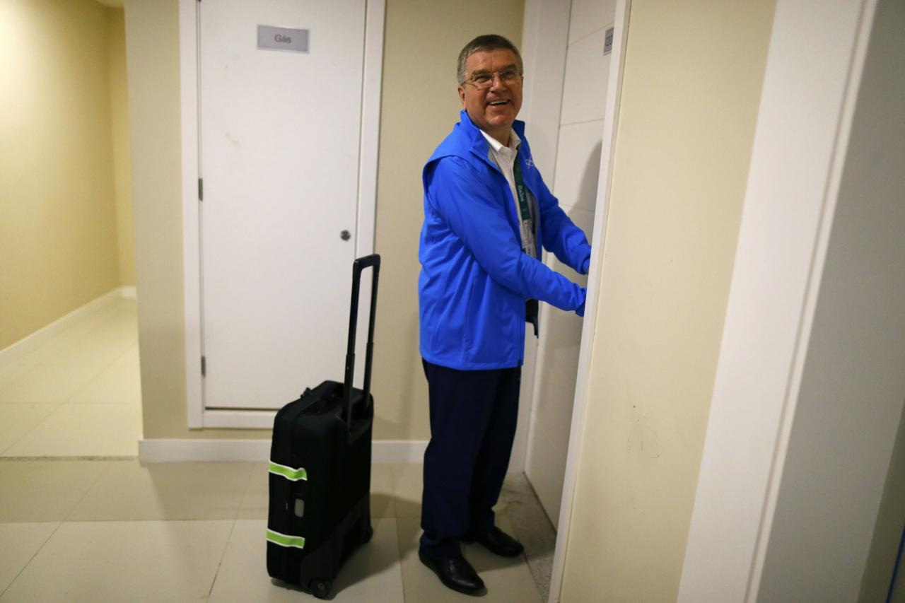 International Olympic Committee (IOC) President Thomas Bach tries to open the door of his room as he moves into the Olympic village in Rio de Janeiro, Brazil, July 28, 2016.    REUTERS/Ivan Alvarado TPX IMAGES OF THE DAY.  FOR EDITORIAL USE ONLY. NOT FOR SALE FOR MARKETING OR ADVERTISING CAMPAIGNS.