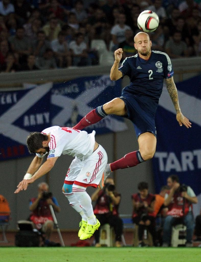 Alan Hutton (R) of Scotland takes the high road over Georgia's Ucha Lobzhanidze during their Euro 2016 qualifying match in Tbilisi on September 4, 2015 (AFP Photo/Vano Shlamov)